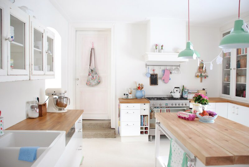 Kleine Keuken Inrichten Tips : Butcher Block Counters White Kitchen Cabinets
