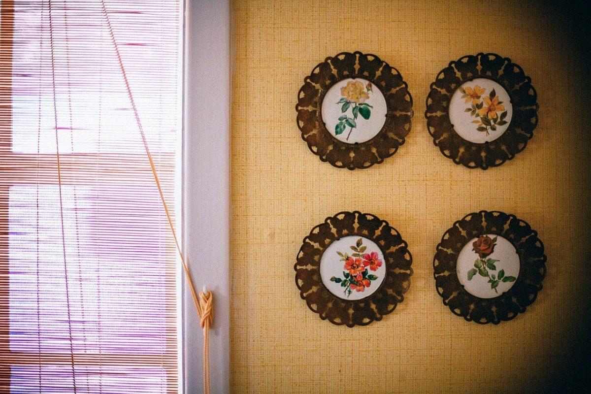 Lijstjes als decoratie aan de muur