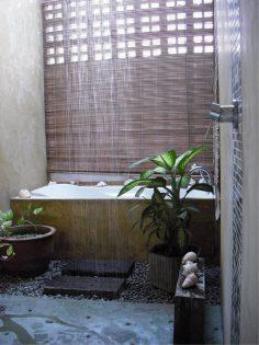Gezellige badkamer met natuurlijke elementen