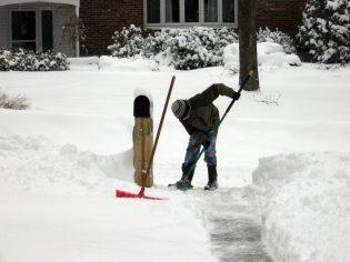 Hoe stoep sneeuwvrij maken