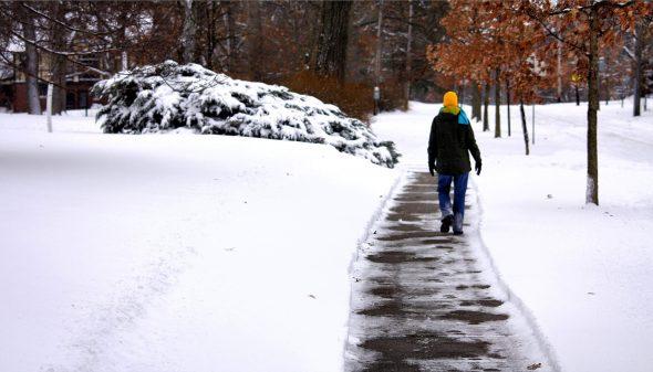 De stoep sneeuwvrij maken, hoe doe je dat?