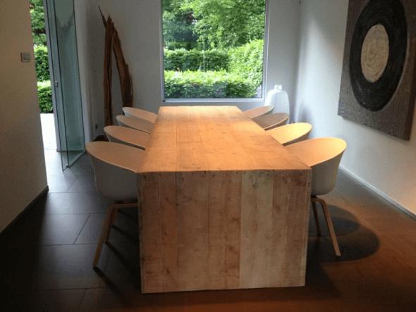 Gezellig tafelen aan een steigerhouten eettafel