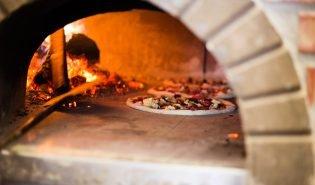 Buitenkeuken met pizza oven